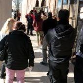 Treballadors de geriàtrics fent cua per vacunar-se a Lleida.