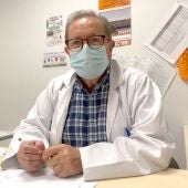 Pedro Alamillos, primer médico jubilado que se incorpora al Hospital de Ceuta.