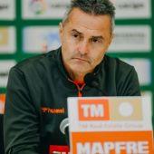 Fran Escribá, entrenador del Elche, en una rueda de prensa en el estadio Martínez Valero.
