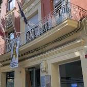 El Colegio de Médicos de Ciudad Real ha colocado en su fachada una pancarta con el lazo dorado