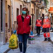 Voluntarios de Cruz Roja reparten ayuda de primera necesidad