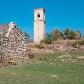 Ruinas de una casa y del campanario en Otxate