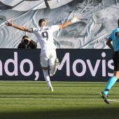 Benzemá celebra el gol de la victoria ante el Elche