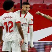 Los jugadores del Sevilla celebran el gol ante el Betis