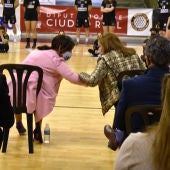 Pilar Zamora saluda a la consejera de Educación, Cultura y Deportes