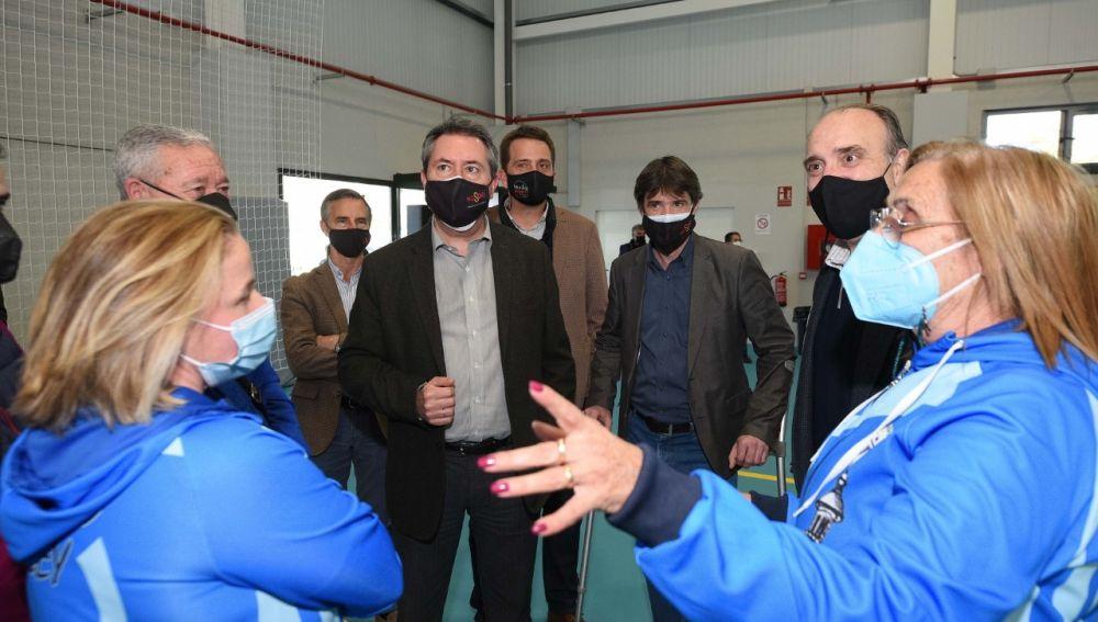 El alcalde de Sevilla, Juan Espadas en su visita a el pabellón deportivo