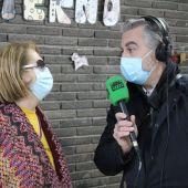 Carlos Alsina con una residente, en la Residencia de Mayores Villaviciosa de Odón.