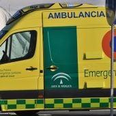Imagen de una ambulancia del 061 a las puertas de un hopital