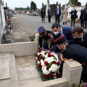El presidente del Gobierno español, Pedro Sánchez (c-i) y el presidente francés, Emmanuel Macron (c-d), en una ofrenda floral en la tumba del expresidente de la República Manuel Azaña