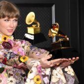 Taylor Swift, ganadora del premio Grammy Álbum del año por 'Folklore', al posar con su gramófono