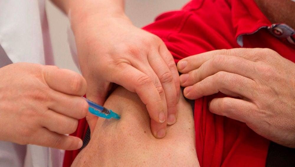 Un hombre siendo vacunado contra el coronavirus