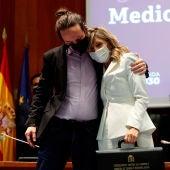 Pablo Iglesias abraza a Yolanda Díaz tras el traspaso de carteras