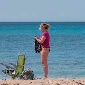 Una persona en la playa tras la llegada del coronavirus