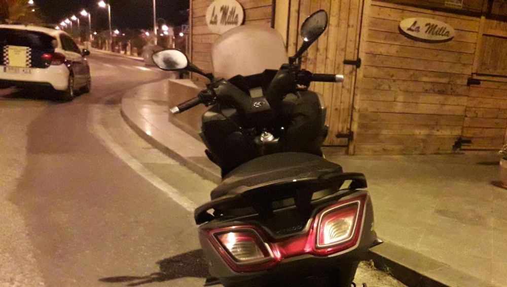 Motocicleta en la que circulaba el detenido por la Policía Local de Elche.