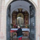 La Virgen de los Dolores del Puente en su capilla callejera