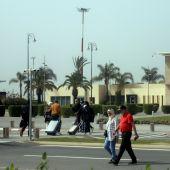 Pasajeros a su llegada del último vuelo operativo en el Aeropuerto de Rabat-Salé, este martes en Marruecos