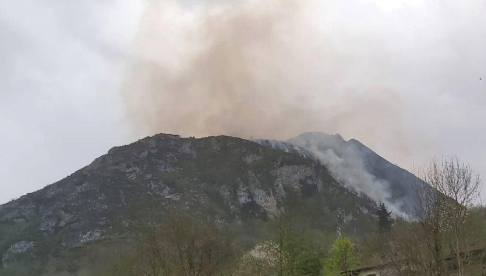Uno de los incendios que afectaba esta tarde a la Peña Sotu en Espinaréu (Piloña)