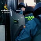 Para cometer los delitos usaban coches que alquilaban con datos de los clientes de la tienda informática que regentaban