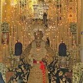 La Virgen de la Esperanza tras el Nazareno del Paso