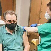 Fernández Sanz recibe la primera dosis de AstraZeneca