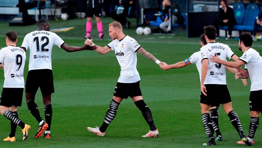 Los jugadores del Valencia abandonan el campo por un insulto a Mouctar Diakhaby