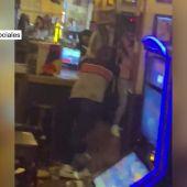 Imágenes de la brutal pelea en un pub de Málaga: varios heridos al pegarse y lanzar taburetes, vasos y botellas de cristal