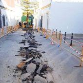 Chiclana Natural procede a la reparación de redes de saneamiento en las calles Gerardo Diego, Luna y Salsipuedes