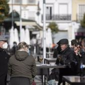 Ciudadanos en la terraza de un bar en la Plaza del Salvador de Sevilla