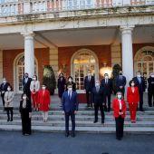 El presidente del Gobierno, Pedro Sánchez (c) posa con sus ministros para la foto de familia antes del Consejo de Ministros en el Palacio de la Moncloa en Madrid este martes