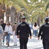 Agentes de la Policía Local en la avenida San Bartolomé de Tirajana de Arenales del Sol de Elche.