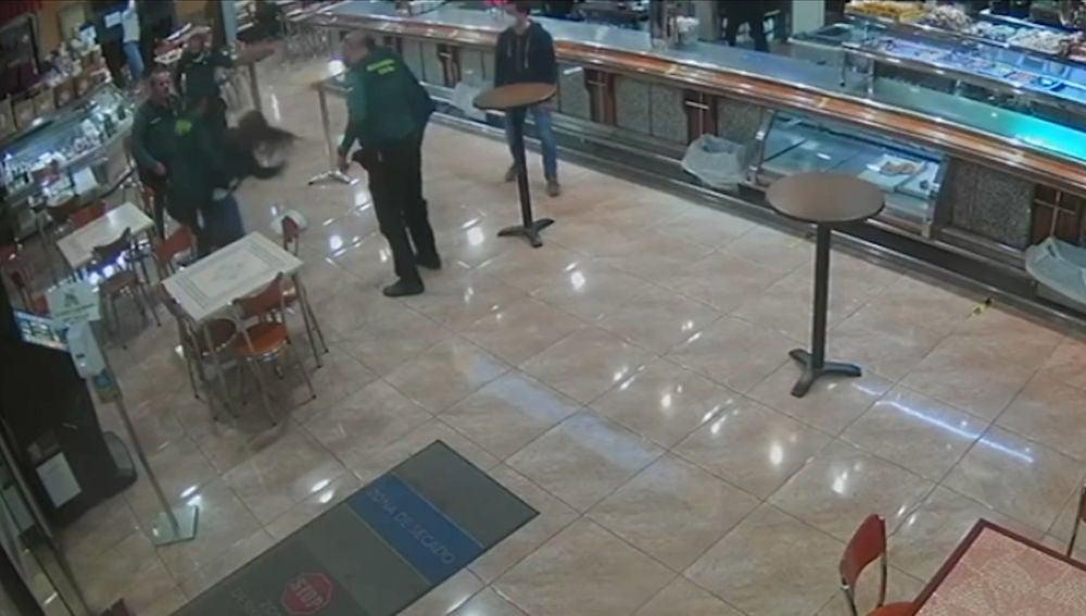 Agentes de la Guardia Civil salvan a una mujer de morir atragantada