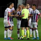 Los jugadores del Valladolid protestan una decisión de Jaime Latre
