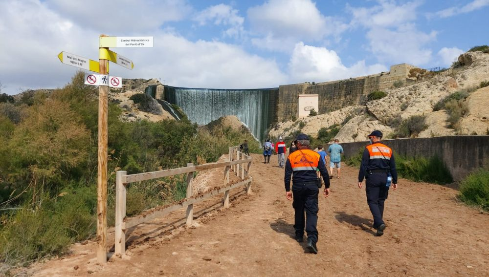 Voluntarios de Protección Civil en el Pantano de Elche.