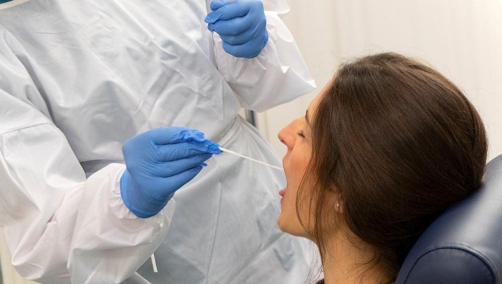 Un sanitario realiza un test de covid