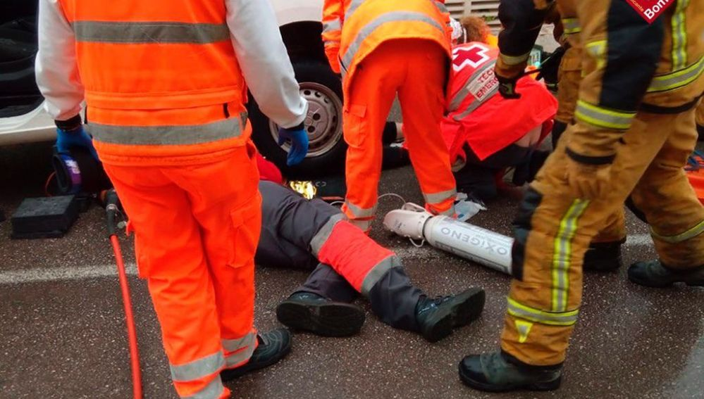 Bomberos y sanitarios atienden a la atropellada