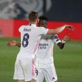 Kroos y Vinicius celebran un gol ante el Liverpool