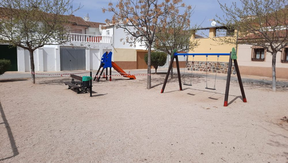 La Concejalía de Urbanismo trabaja en el arreglo de los parques infantiles de Quintanar