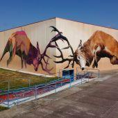 Torrejón el Rubio luce mural artístico con pinturas rupestres de Monfragüe como tema central