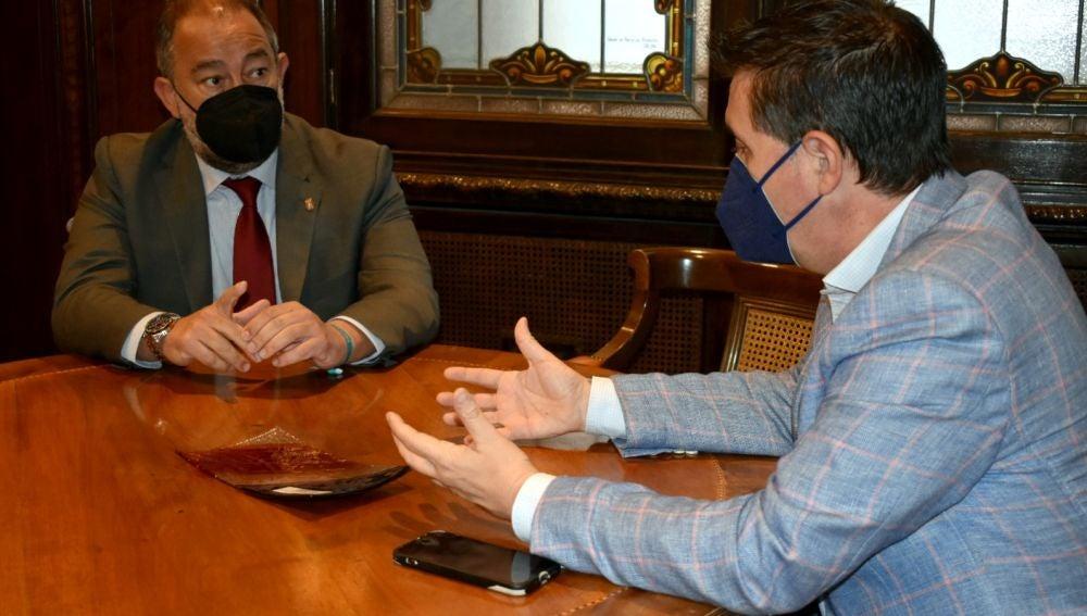 Santiago Cabañero, presidente de la Diputación de Albacete y Julián Garde, rector de la Universidad de Castilla - La Mancha