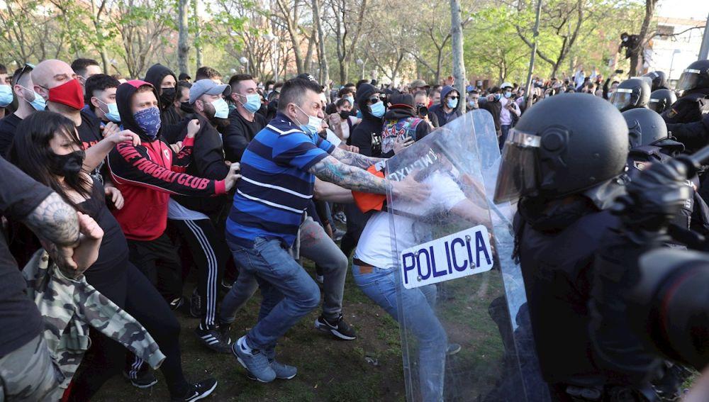 Tensión y cargas policiales durante el acto de Vox en Vallecas