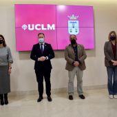 Reunión mantenida entre el equipo de gobierno y el rector de la UCLM, Julián Garde, en el Ayuntamiento de Albacete.