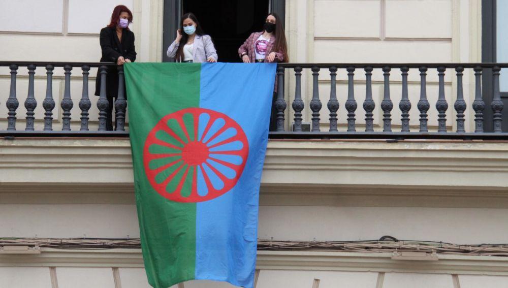 La bandera del pueblo gitano ondea del balcón del Ayuntamiento de Alcázar de San Juan