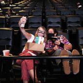 Dos espectadoras se hacen una fotografía en una sala de cine de Estados Unidos