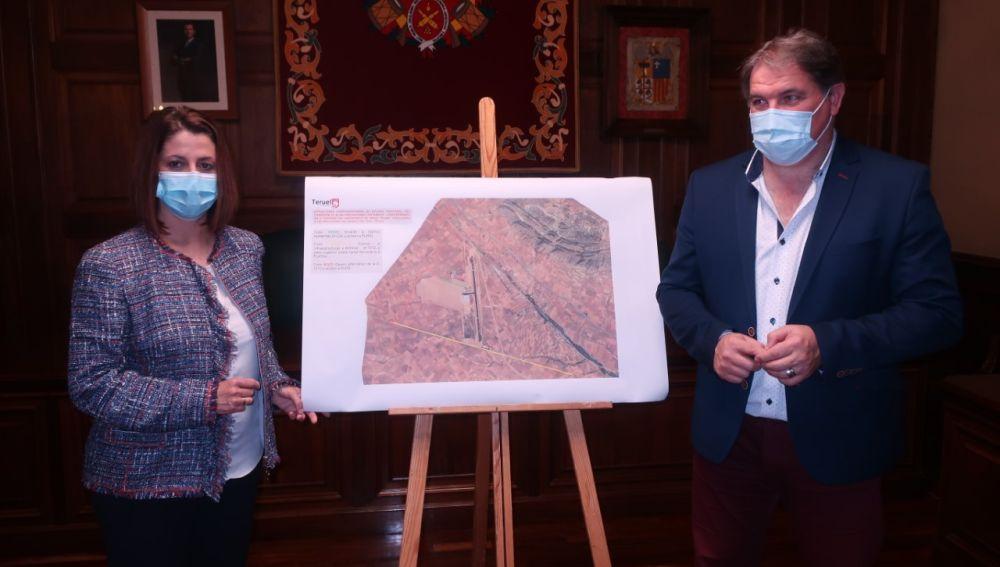 Emma Buj y Juan Carlos Cruzado muestran la propuesta de conexión del aeropuerto con Platea
