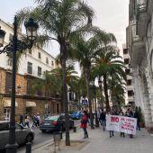 Instantes de la concentración celebrada en El Puerto para evitar el cierre de la Guardería Municipal