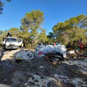 Los voluntarios de la Agrupación de Protección Civil de Sant Josep organizan la limpieza del fondo marino de Cala Balsa