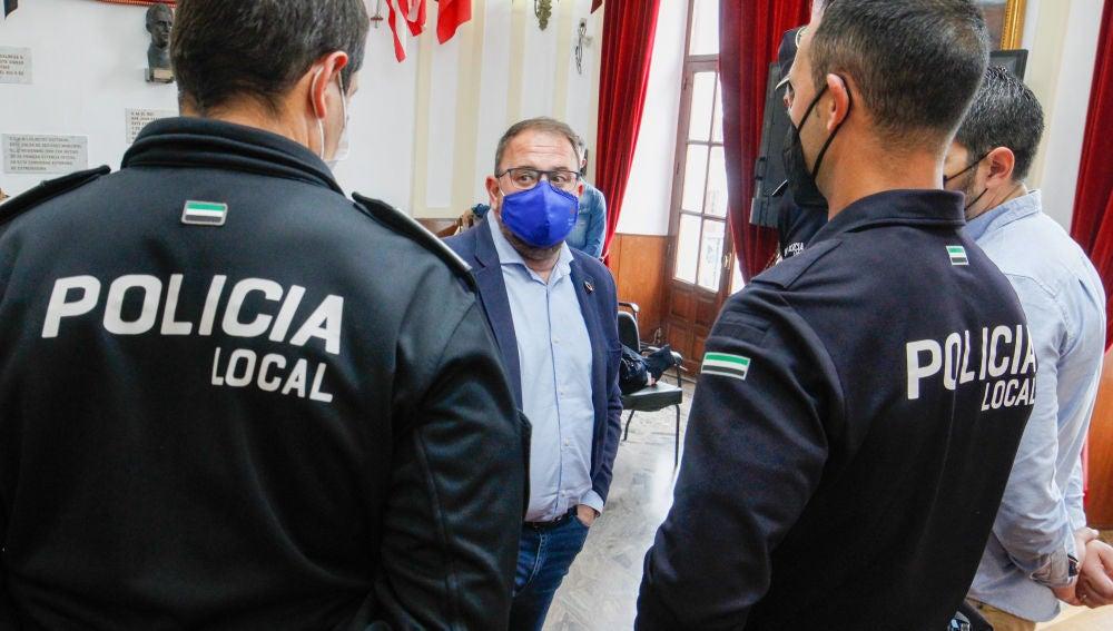 El alcalde con efectivos de la Policía Local