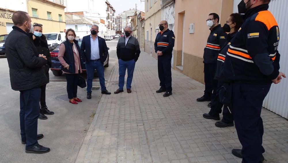 María Ángeles García López pasa revista a los voluntarios quintanareños