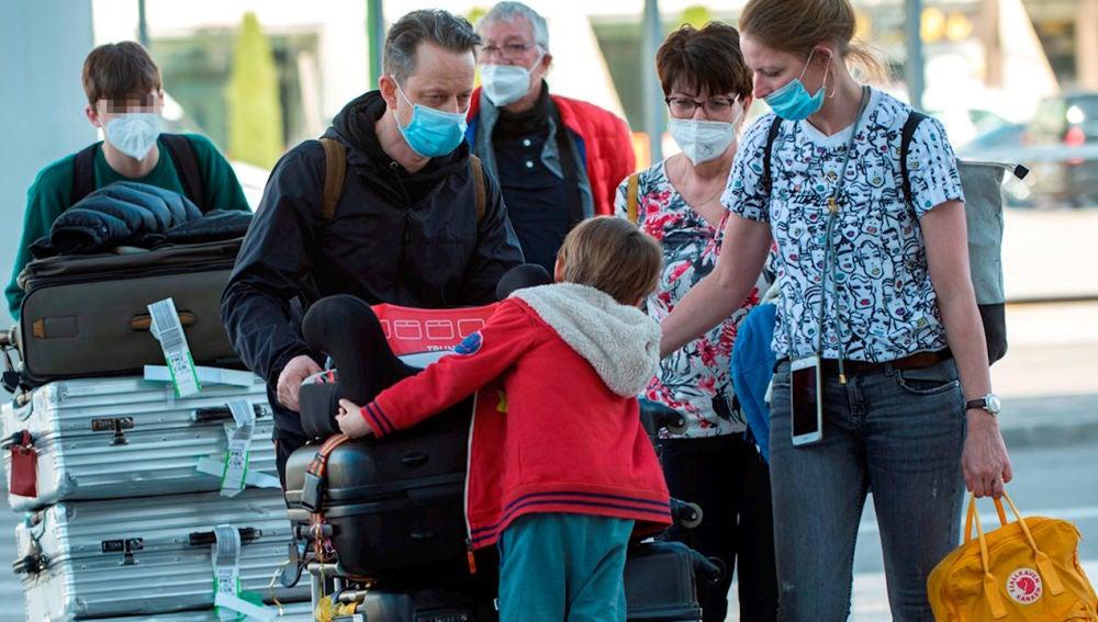 Familia viajando con las maletas