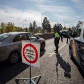 Agentes de la Policía Nacional en un control en la Nacional V para vigilar el cumplimiento de las restricciones a la movilidad